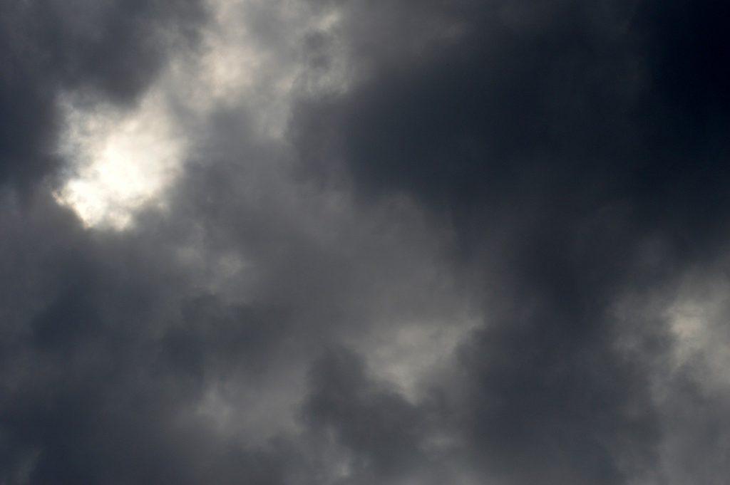 Nimbostratus-Wolken sind grau und so dicht, dass sie die Sonne verdecken.