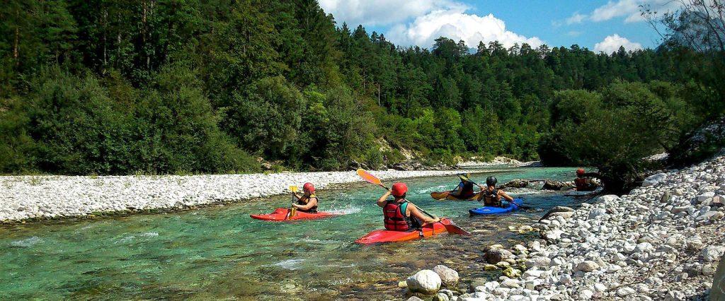 Reisen entlang von Flüssen wie im Soča Tal in Slowenien sind besonders spannend.