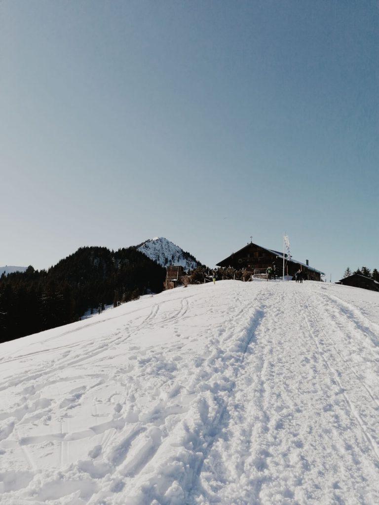Nur noch wenige Meter zur Aueralm. Die Hütte ist schon in Sicht.
