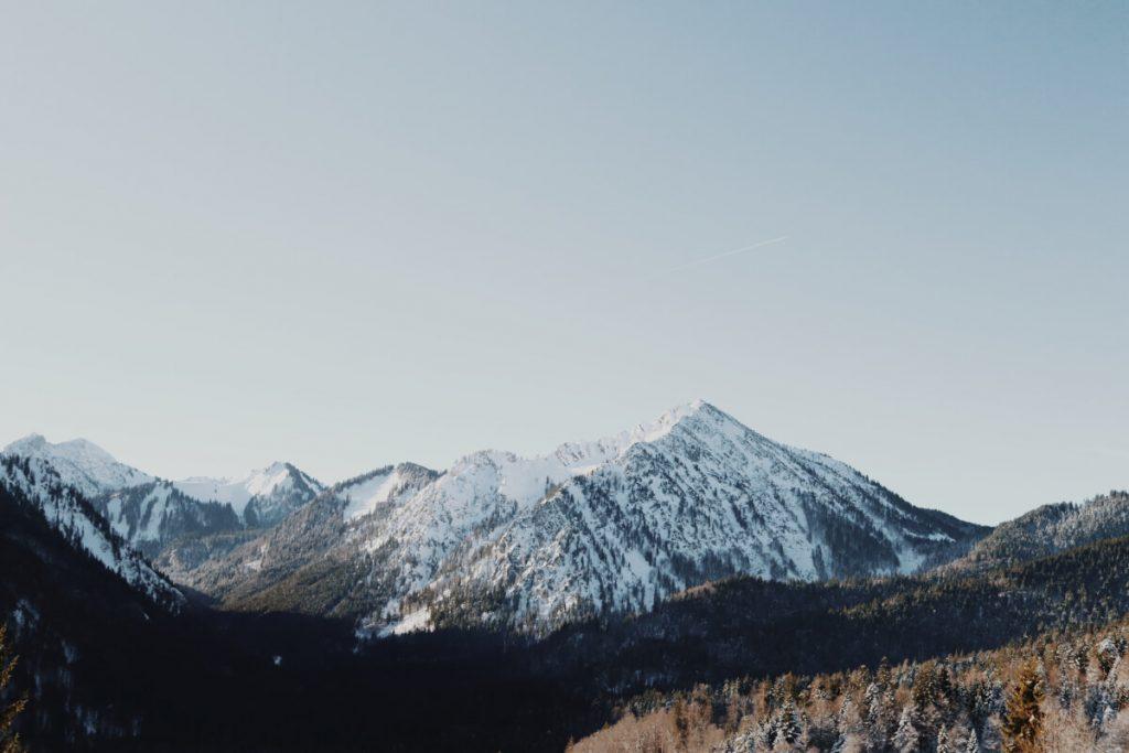 Blick auf die schneebedeckte Berglandschaft auf der Wanderung zur Aueralm.