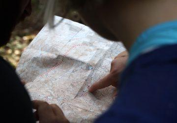 Zwei Wanderer lesen ein Wanderkarte.